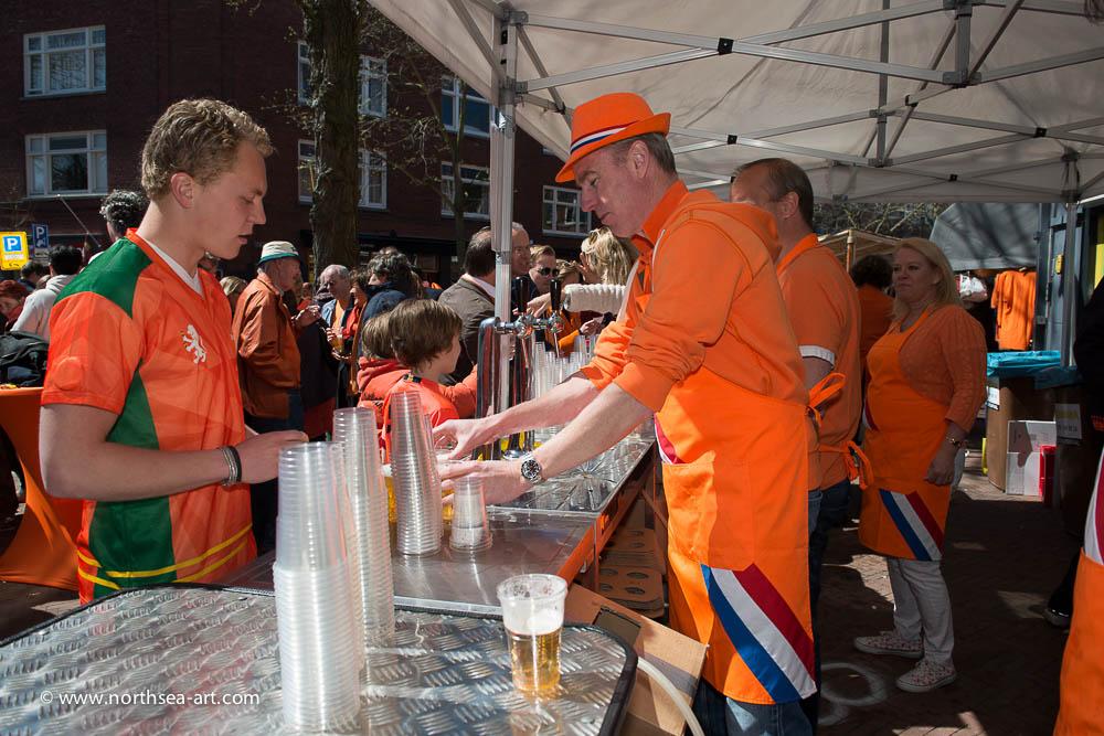Oranjebar Oranjefeest winkelgebied Van Hoytemastraat