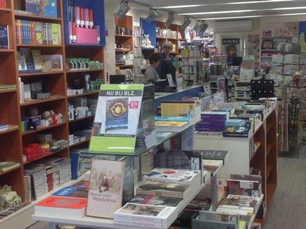 Overzicht winkel met boeken kantoorboekhandel Benoordenhaeghe winkelgebied Van Hoytemastraat